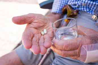 Foto de La epidemia de drogas ocultas entre las personas mayores