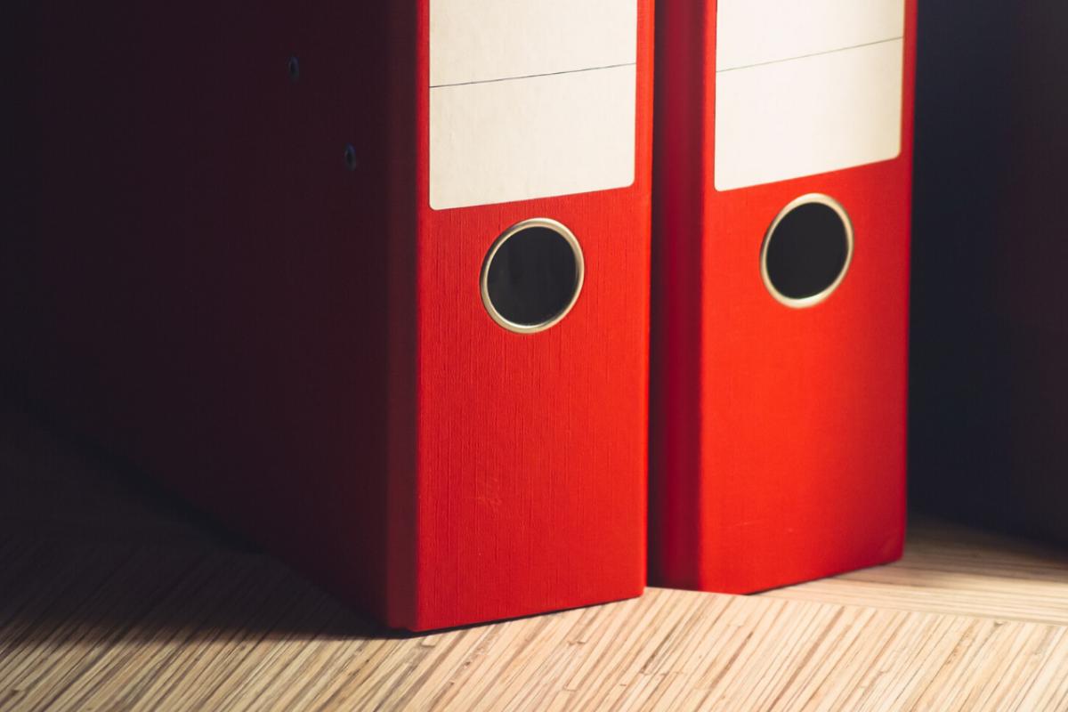 DiscountOffice explica las diferencias entre carpetas colgantes y archivadores