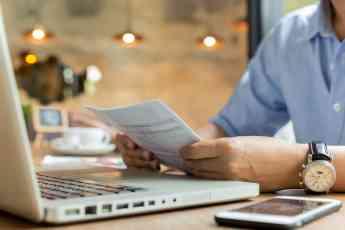 Persona estudiando una hipoteca online