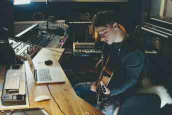 Foto de Cantautor graba música en un estudio