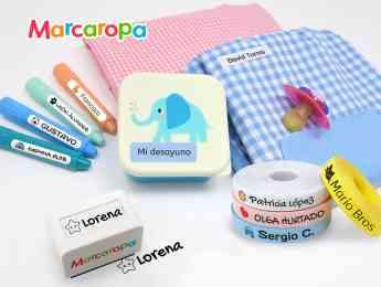 Etiquetas personalizadas y sello marcador para identificar la ropa y material escolar.