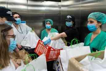 Trabajadores del hospital del Sureste en Arganda, Madrid, reciben la donación de comida