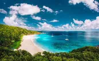 Catamaranes en playa paradisíaca