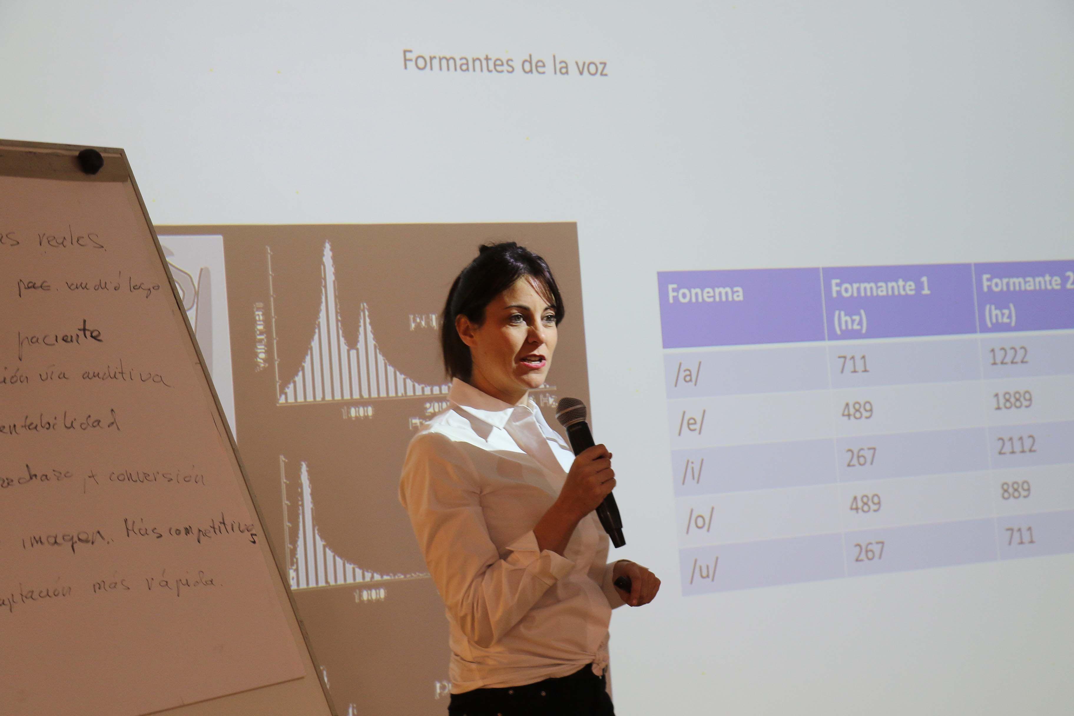 Foto de Rosa Albaladejo, presentando el curso Audiología Clínica I