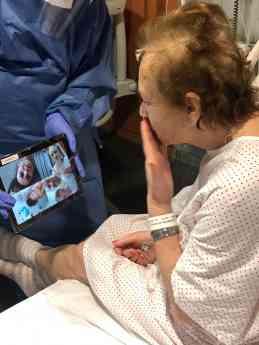 El momento más esperado por los pacientes, la videollamada con sus