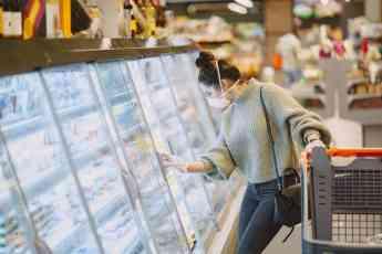 Mujer haciendo la compra con medidas de protección contra el Covid-19