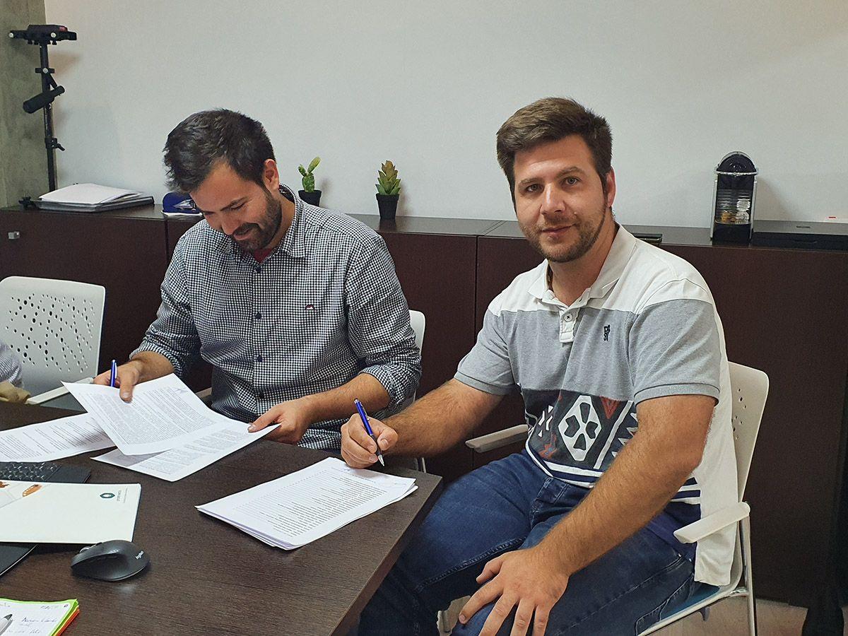 Foto de Firma contrato delegación Proteinsecta Catalunya
