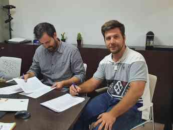 Firma contrato delegación Proteinsecta Catalunya