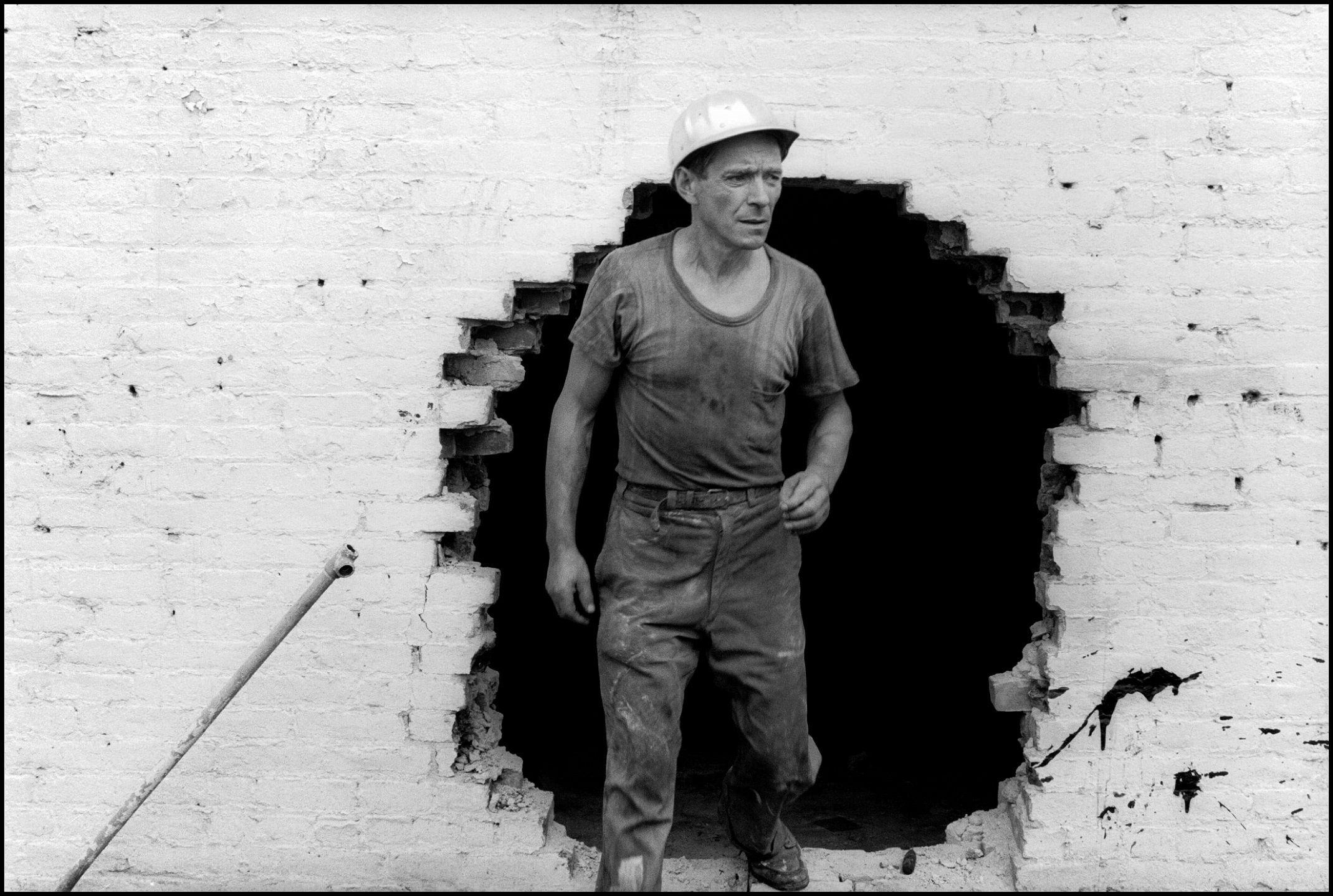 Foto de Danny Lyon, Operario de demolición, 1967. © Danny