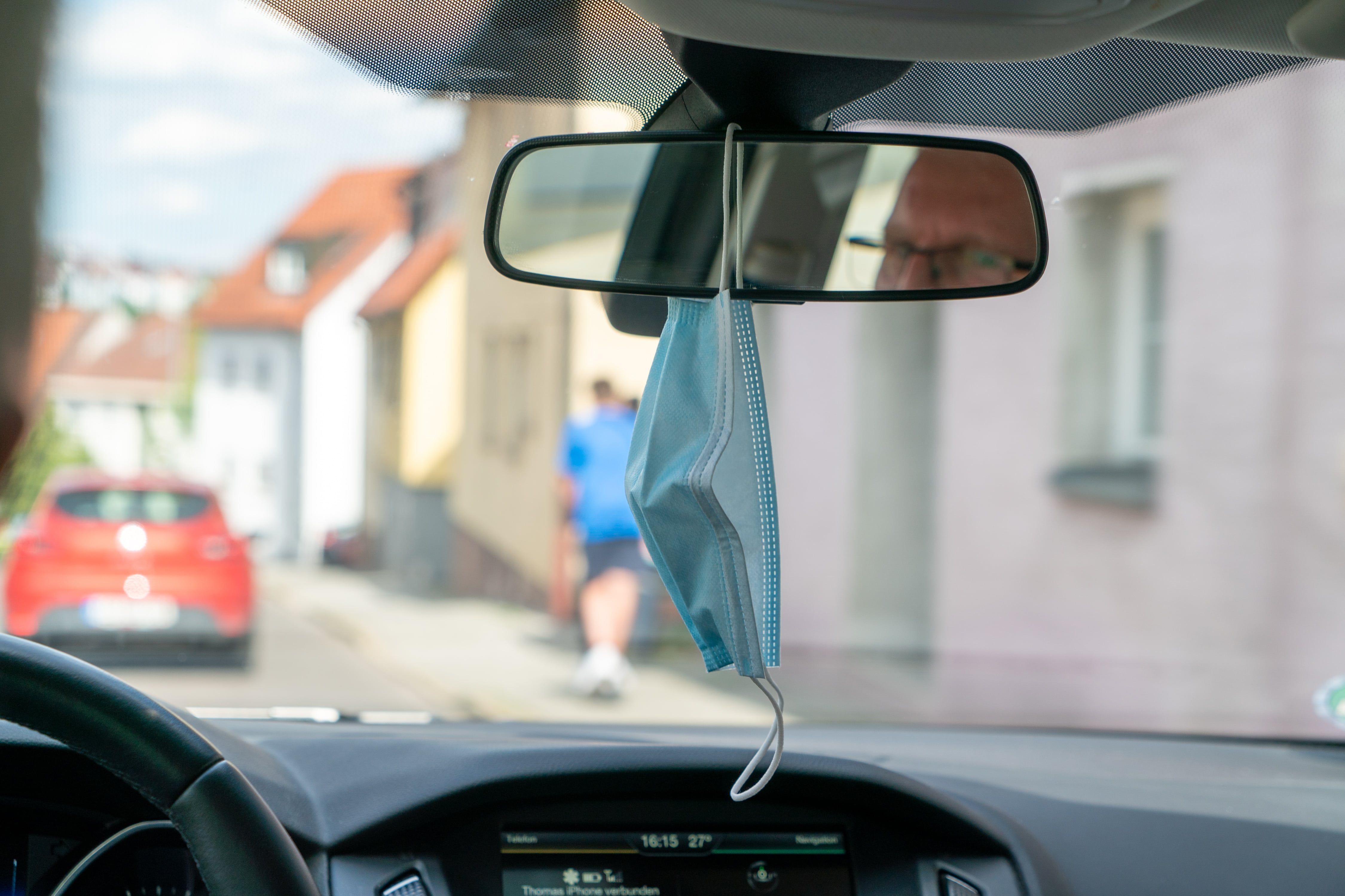 El espejo retrovisor no es una percha para colgar ropa,