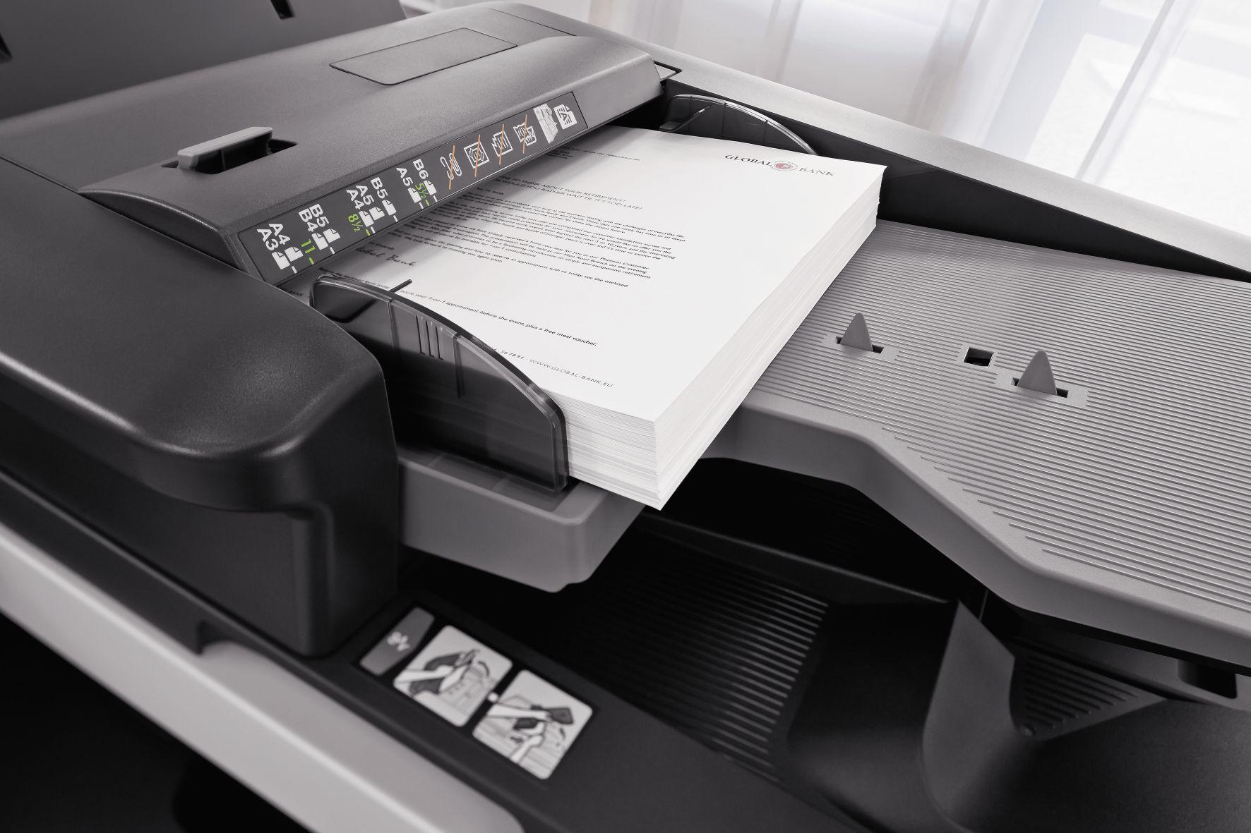 Fotografia Documentos impresos en la bandeja de una impresora