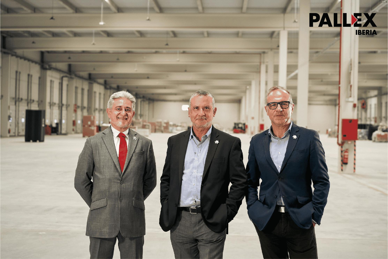 Foto de Directivos de Pall-Ex Iberia en el interior del nuevo hub de