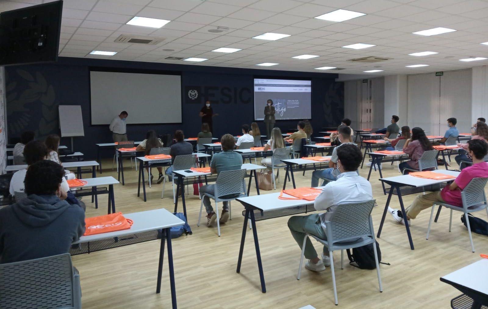 Fotografia Clase inicio de curso en área universitaria
