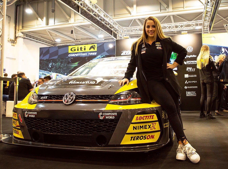 Fotografia Piloto de carreras de equipo femenino de Giti Tire Carrie
