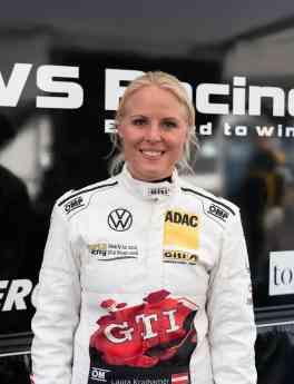 Foto de Laura Kraihamer, piloto de carreras en el equipo enteramente