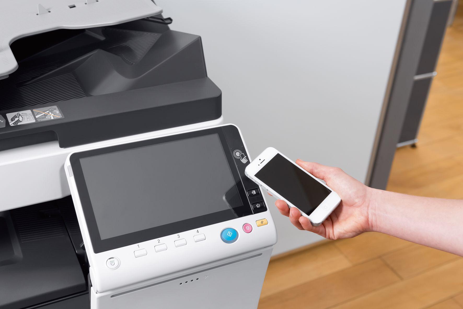 Foto de Utilizando NFC en una impresora multifunción DEVELOP