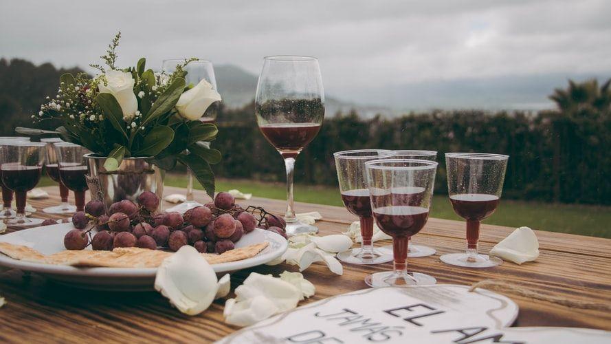 Delivinos da los trucos para quitar las manchas de vino tinto en los tejidos