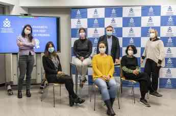 Imagen de participantes y moderadores en la mesa de debate.