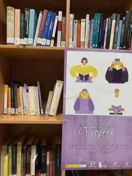 Foto de La estantería violeta, en la Biblioteca de Albalate de Zorita