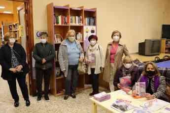 Foto de Representantes de la Asociación de Mujeres, junto a la