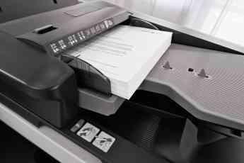 Foto de Documentos impresos en la bandeja de una impresora