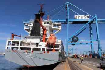 El buque Renate P en el muelle de Las Palmas de Gran Canaria para la revisión del equipo