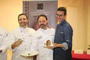 Javier Sánchez, a la izquierda, con otros cocineros en Laguardia.