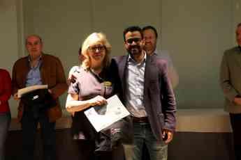 Foto de Josefina Núñez recoge su distinción como finalista en