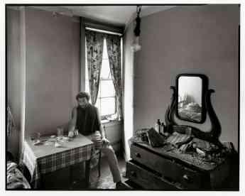 Danny Lyon, Autorretrato en una habitación de hotel abandonada en la calle West, 1967.
