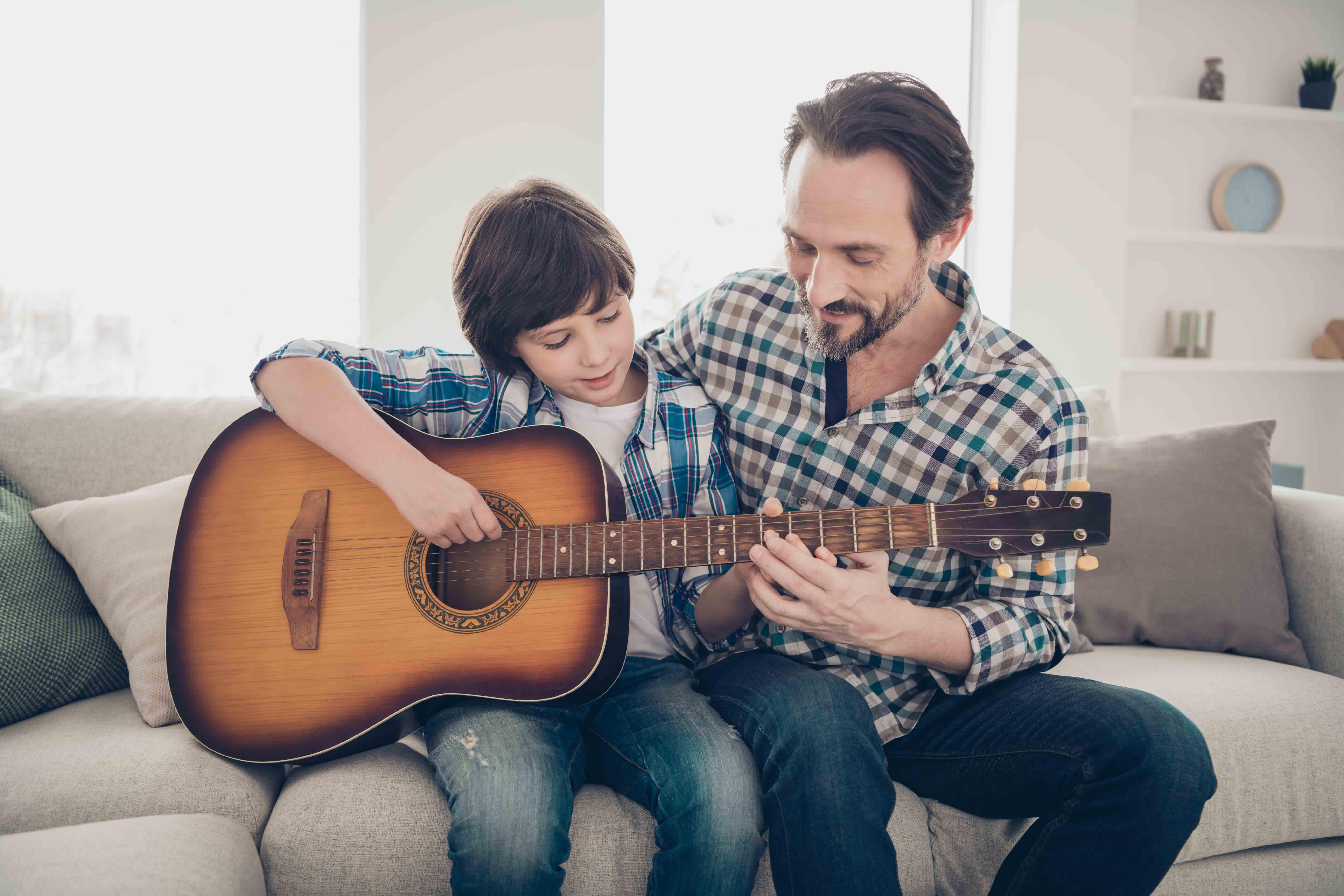Foto de Beneficios de aprender a tocar la guitarra clásica en la