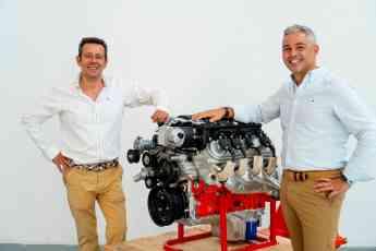 Pepe Paramés y Pedro Silva con el motor BeGas AVG