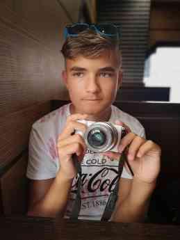 Jovén con una cámara de fotos