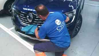 Operario de Cycle abrillanta un vehículo