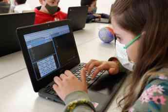 Alumna de un centro educativo trabajando con el método Txac Planet.