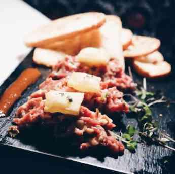 Foto de Tartar de presa ibérica con mermelada de tomate y patatas