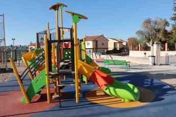 El Ayuntamiento de Almonacid renueva los parques infantiles del