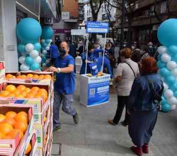 Avanza Fibra regala 4000 kilos de naranjas y limones de Murcia en la apertura de su tienda en Alcorcón