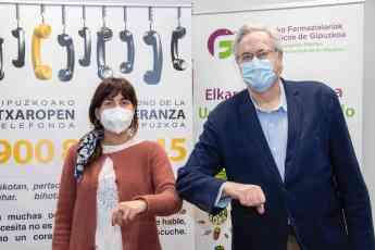 La presidenta de la Asociación en Gipuzkoa Lorena Pidal; y el presidente del COFG, Miguel Ángel Gastelurrutia, tras la firma del
