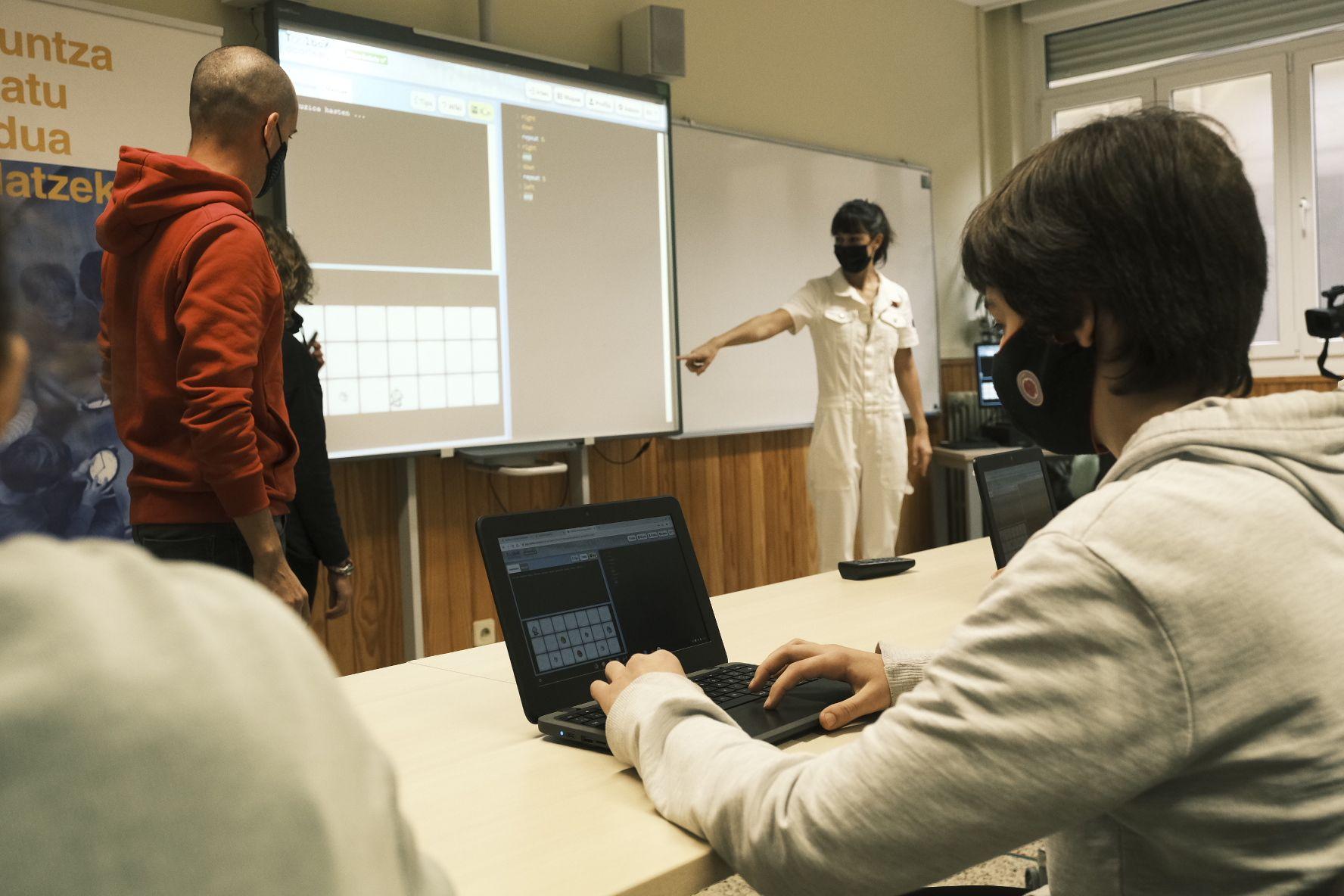 Fotografia Alumnos/as utilizando Txac Planet en un aula para mejorar