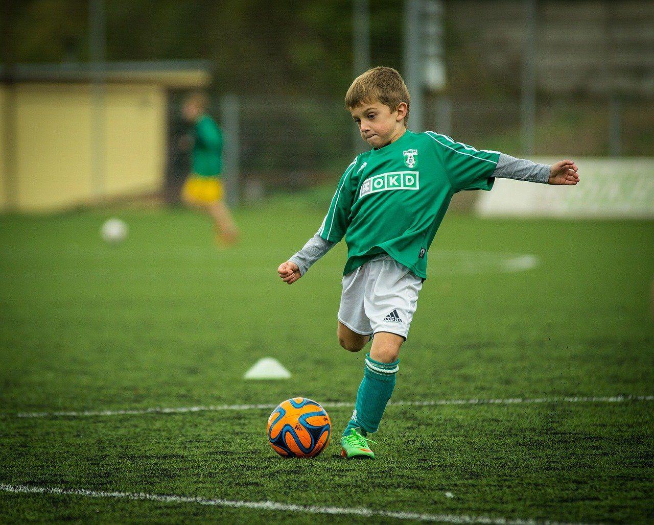 Foto de Niño jugando al fútbol