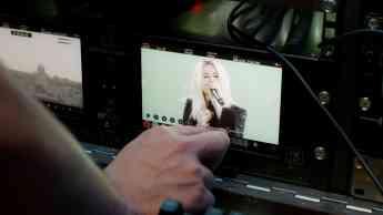 Foto de La cantante Selena Gómez en un escenario virtual que