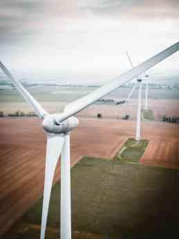 Foto de Energía eólica en un campo agrícola