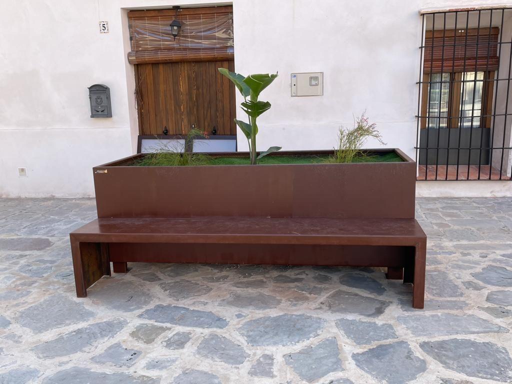 El municipio de Faura instala mobiliario urbano multifuncional de acero corten, en su plaza mayor