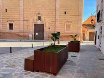 Foto de Banco-jardinera de acero corten sito en plaza mayor de Faura