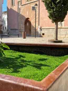 Foto de Detalle banco-jardinera de acero corten sito en plaza mayor