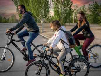 Familia usando EMOTION mientras hacen deporte.