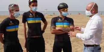 Foto de Carlos Álamo con los ganadores del triatlón por relevos