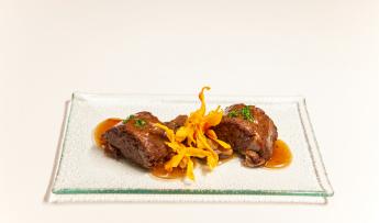 Rulo de rabo de toro con salsa de garnacha, setas y muselina de patata