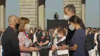 FOTO: La hija del otorrinolaringólogo Jesús Algaba recoge de manos del Rey de España la Gran Cruz del Mérito Civil otorgada a su