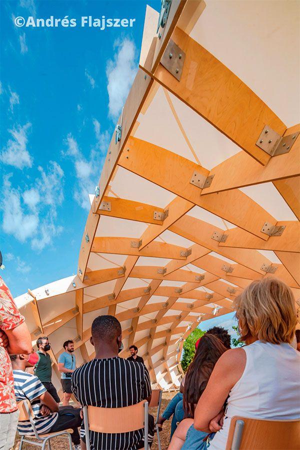 Foto de Aulario exterior con estructura innovadora de madera